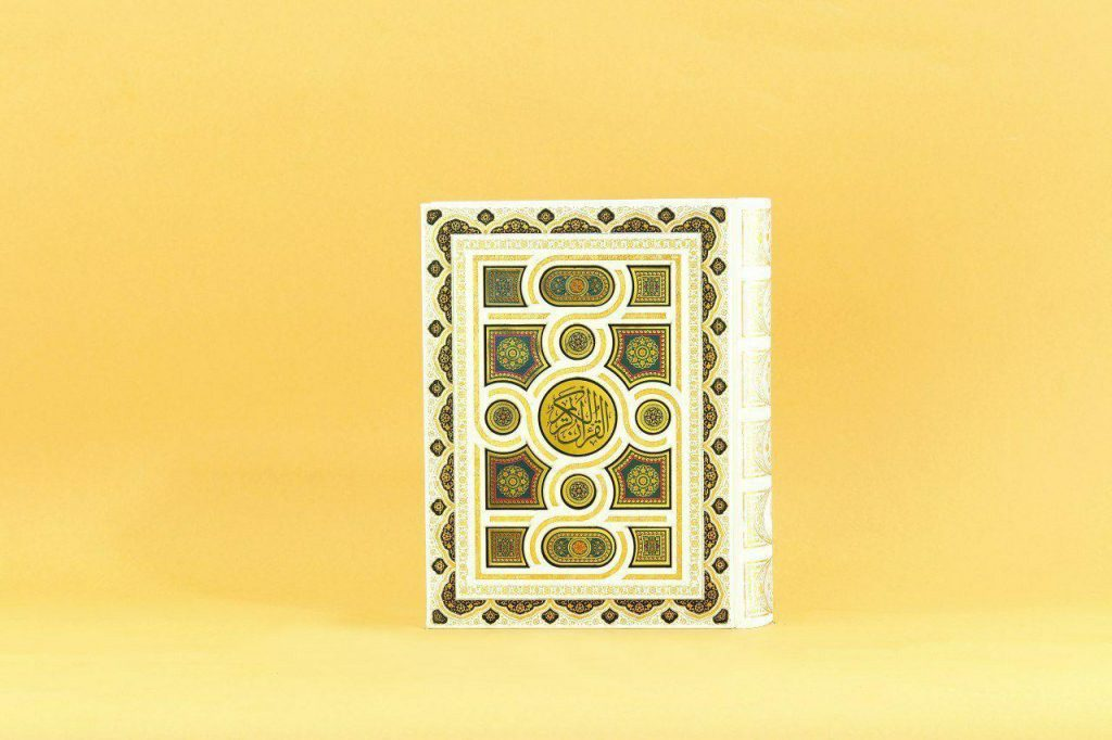 قرآن وزیری کاغذ معطر جعبه دارسفید پلاک دار کد ۱۰۱۰۳۰