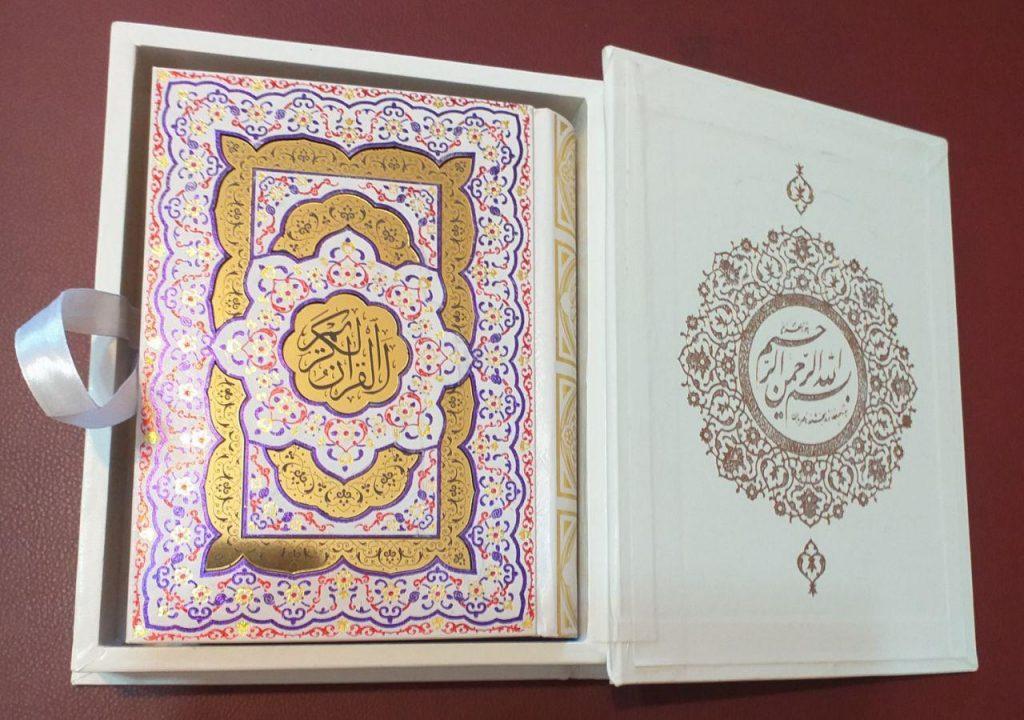 قرآن جیبی معطر جعبه دار دوبل برجسته پلاکدار کد 1110
